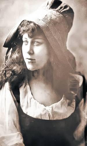 Iat-o pe Loie Fuller într-una din foarte puținele fotografii existente cu ea