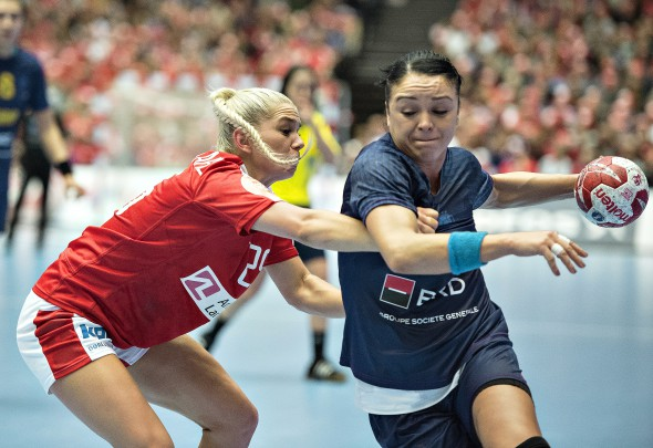 epa05071583 Denmark's Trine Oestergaard Jensen (L) in action against Romania's Valentina Ardean Elisei (R) during the Women's World Handball Championship quarter final match between Denmark and Romania at Jyske Bank Boxen indoor arena in Herning, Denmark, 16 December 2015. EPA/HENNING BAGGER DENMARK OUT